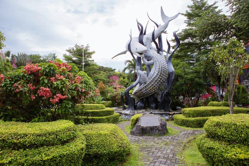 indonesien surabaya Monument ` der Haifisch und das Krokodil ` als das Symbol von Surabaya stockbild