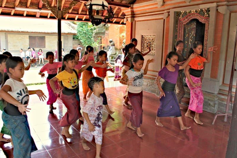 Indonesien Ubud; April 28, 2013 - ungar lär traditionell Balinesedans arkivbild