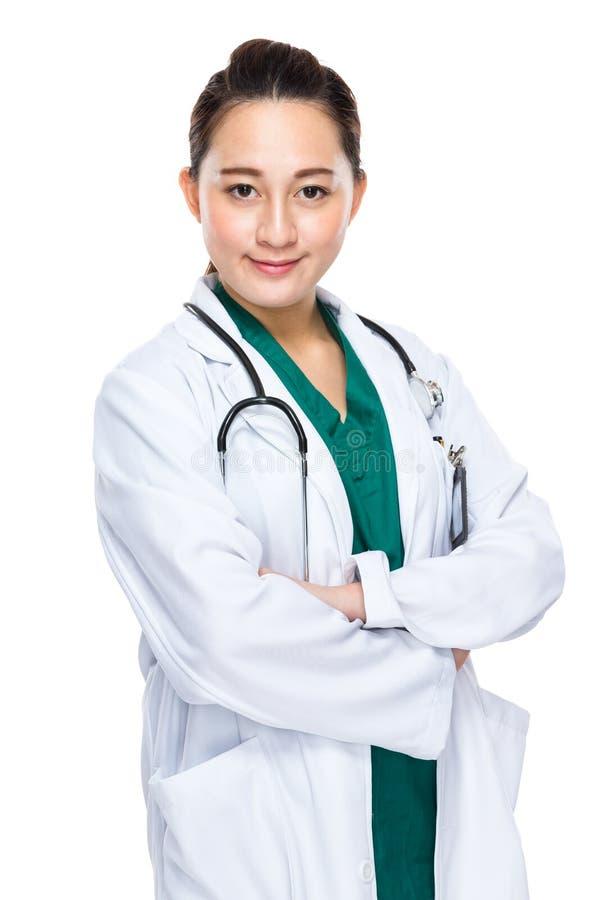 Indonesisch gemengd ras vrouwelijk artsen dwarswapen royalty-vrije stock fotografie