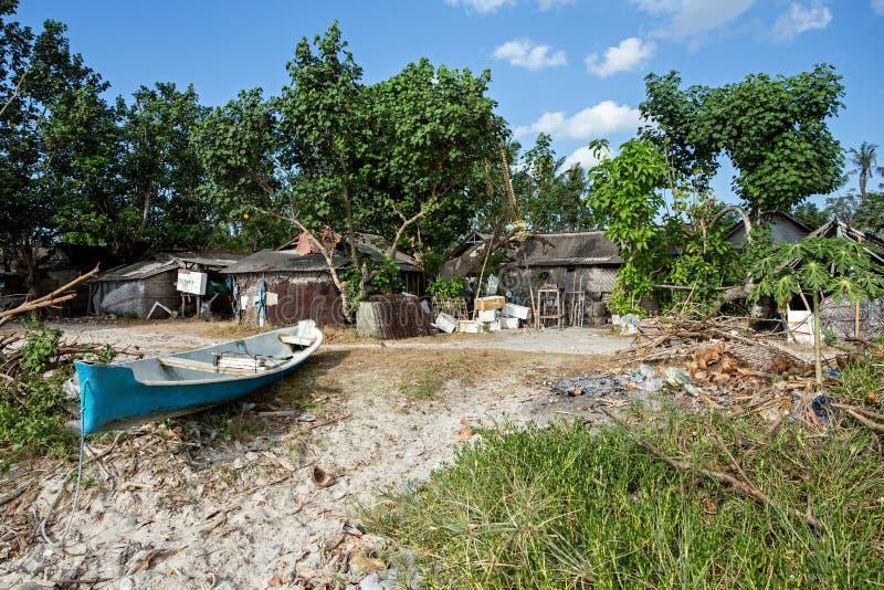 Indonesisch huis - keet op strand stock afbeeldingen