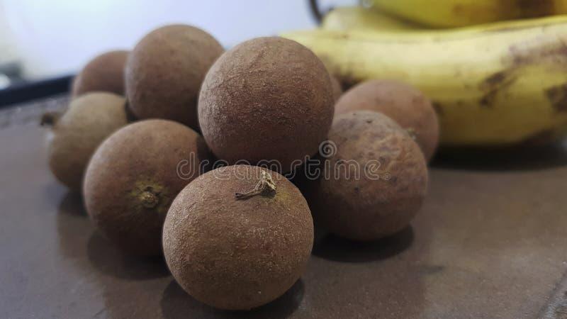 Indonesisch longan fruit De vruchten worden gevestigd in het centrum royalty-vrije stock afbeeldingen
