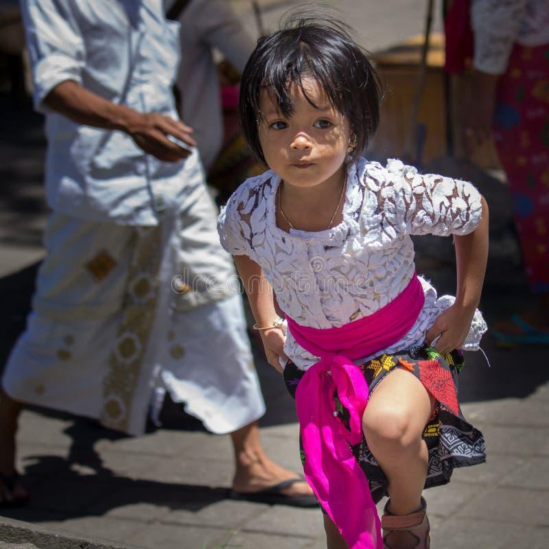 Indonesisch meisje die haar rok opheffen aan gangtreden stock foto's