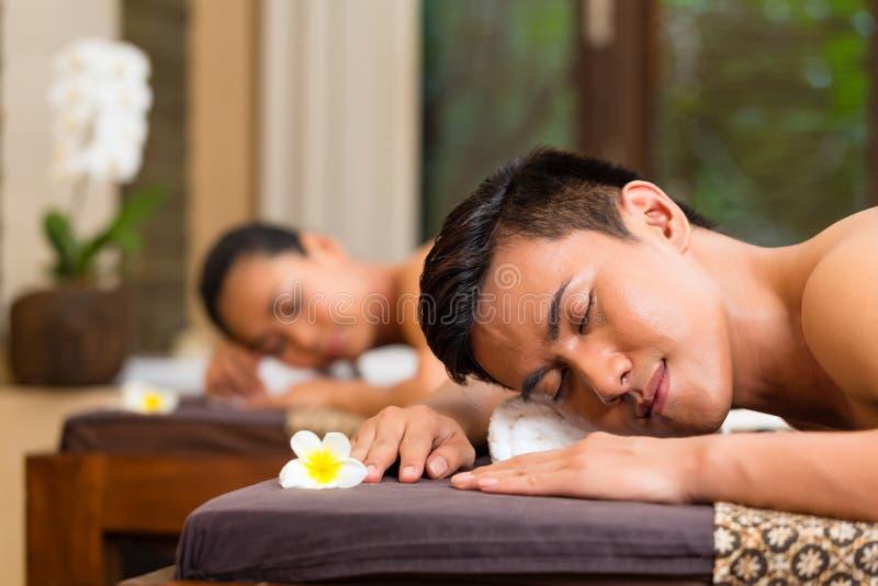 Indonesisch paar die wellnessmassage hebben royalty-vrije stock foto's