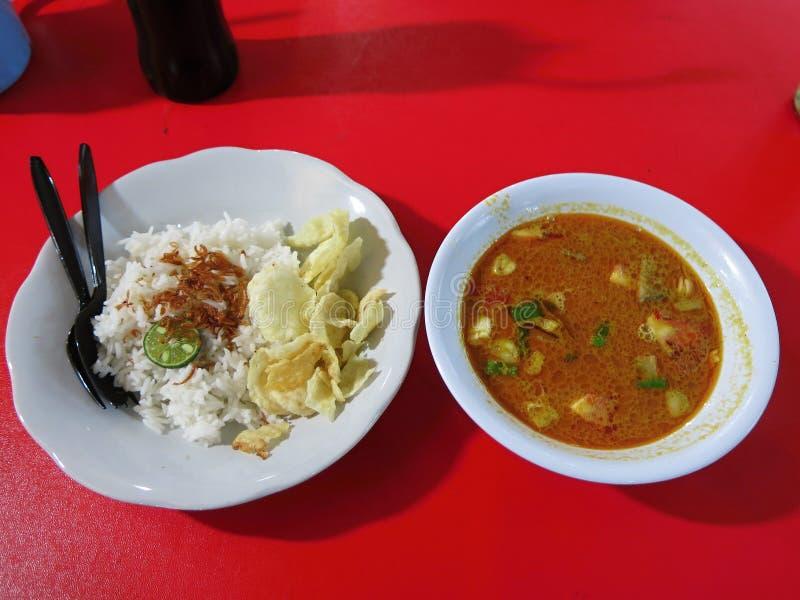 Indonesisch Voedsel javanese voedsel Traditionele schotel in Betawi De soep wordt genoemd sotobetawi stock afbeeldingen