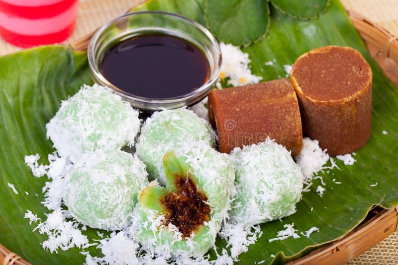 Indonesisch Voedsel Klepon met kokosnoot op banaanblad stock afbeelding