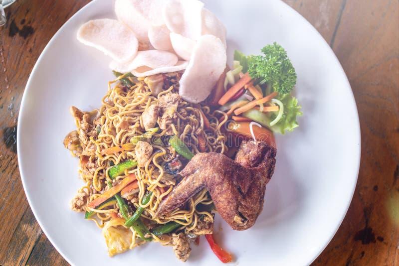 Indonesisch voedsel, mie goreng ayam, gebraden noedels met kip Bali, Indonesië stock afbeelding