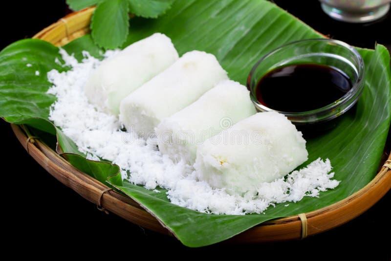 Indonesisch Voedsel Putu met kokosnoot op banaanblad royalty-vrije stock afbeelding