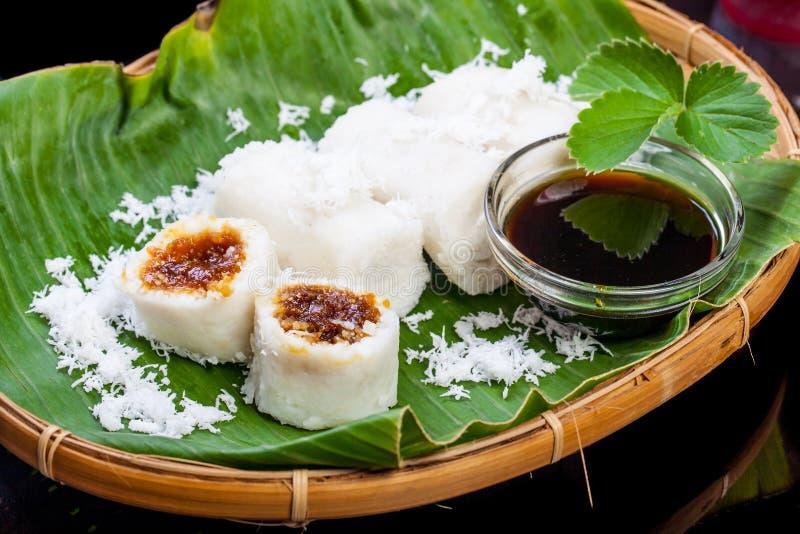 Indonesisch Voedsel Putu met kokosnoot op banaanblad royalty-vrije stock foto