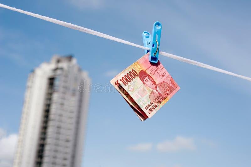 Indonesische Banknotenrupie, die am Seil hängt lizenzfreies stockfoto