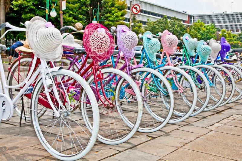 Indonesische Fahrräder für Miete in Jakarta, Indonesien. lizenzfreie stockbilder