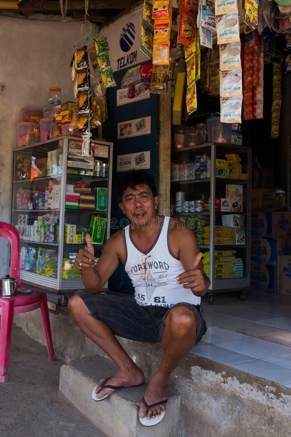 Indonesische mens voor zijn opslag in Manado-sloppenwijk stock foto's