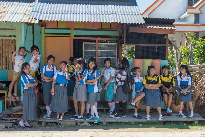 Indonesische Schulmädchen, die draußen warten stockfoto