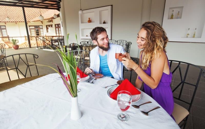 Indonesische serveerster die Kaukasisch paar in restaurant dienen stock fotografie