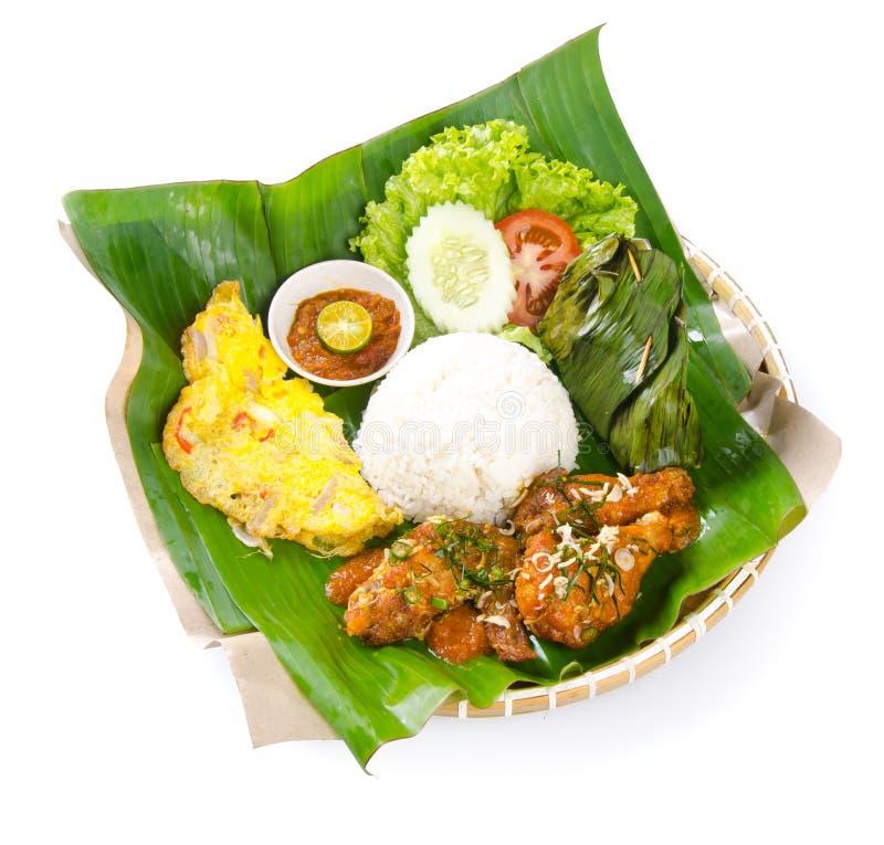 Indonesische traditionele voedsel, kip, vissen en groenten stock foto