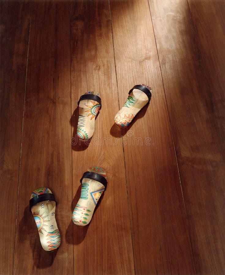 Indonesische traditionelle hölzerne Sandalen stockfotos