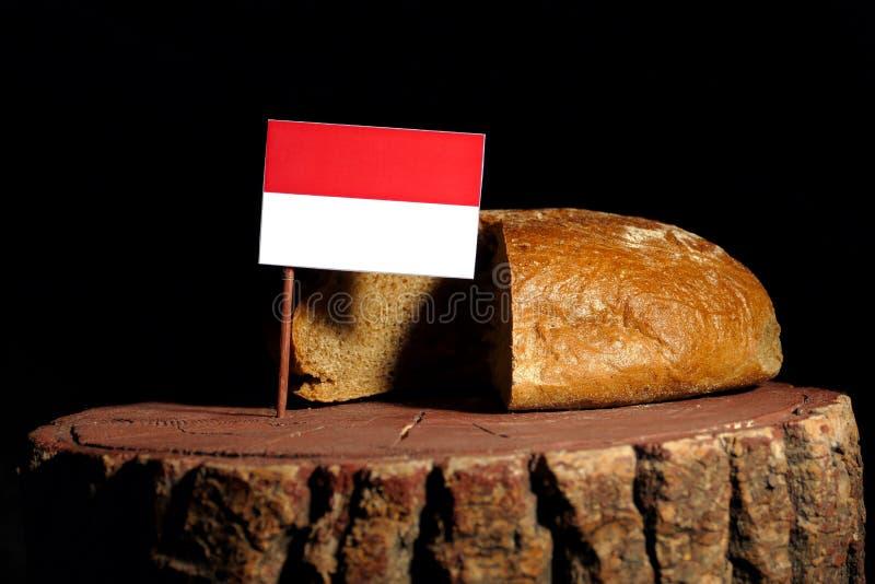 Indonesische vlag op een stomp met brood stock fotografie