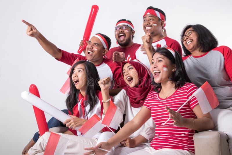 Indonesischer Anhänger, der mit Aufregung aufpasst stockfoto