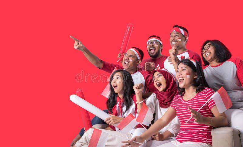Indonesischer Anh?nger, der mit Aufregung aufpasst lizenzfreies stockbild