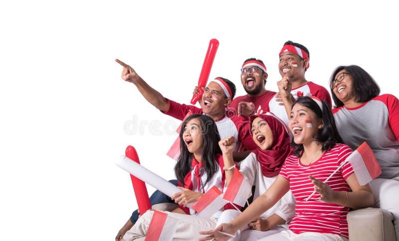 Indonesischer Anh?nger, der mit Aufregung aufpasst stockbilder