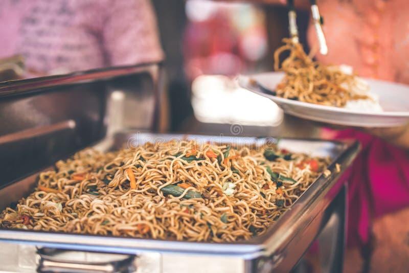 Indonesisches Lebensmittel, Mie-goreng ayam, gebratene Nudeln mit Huhn Bali, Indonesien lizenzfreies stockfoto