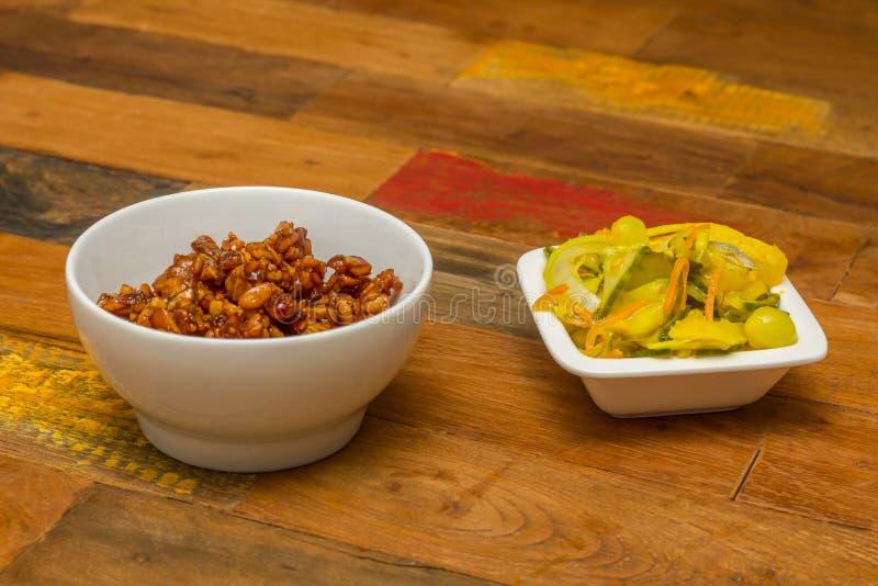 Indonesisches tempeh goreng mit atjar lizenzfreie stockbilder