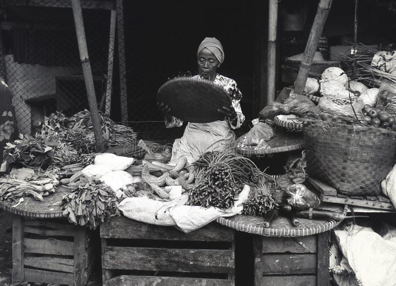 Indonesisk kvinna som säljer nya grönsaker på marknaden i Semarang Filmfotografi royaltyfri foto