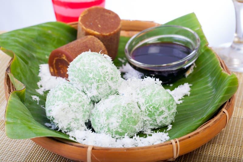 Indonesisk mat Klepon med kokosnöten på bananbladet royaltyfri foto