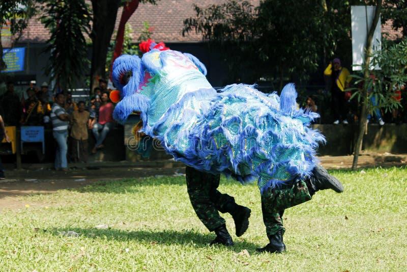 Indonesisk nationell krigsmakt gör en attracti för lejondans arkivfoto