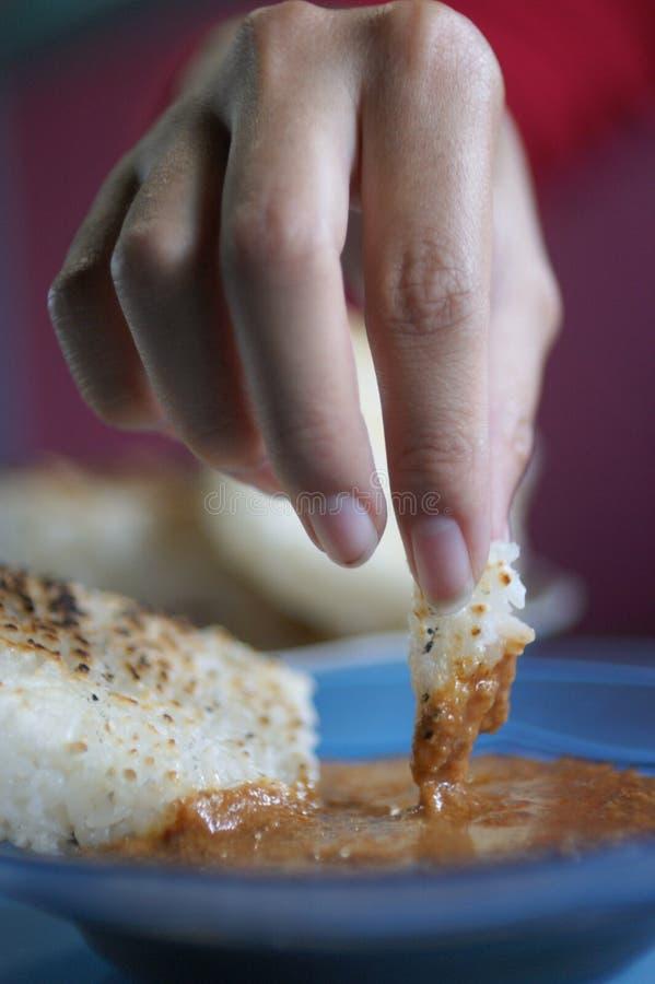 Indonesiska klibbiga ris med jordn?ts?s royaltyfria bilder