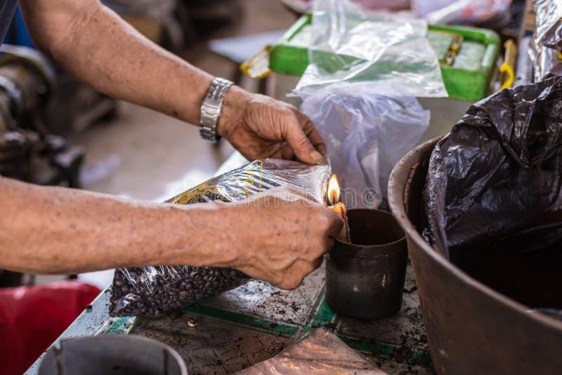 Indonesiskt svart kaffe på försäljning royaltyfria bilder