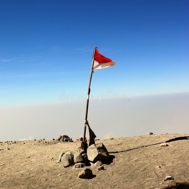 Indonezja flaga na wierzchołku Semeru góra zdjęcie royalty free