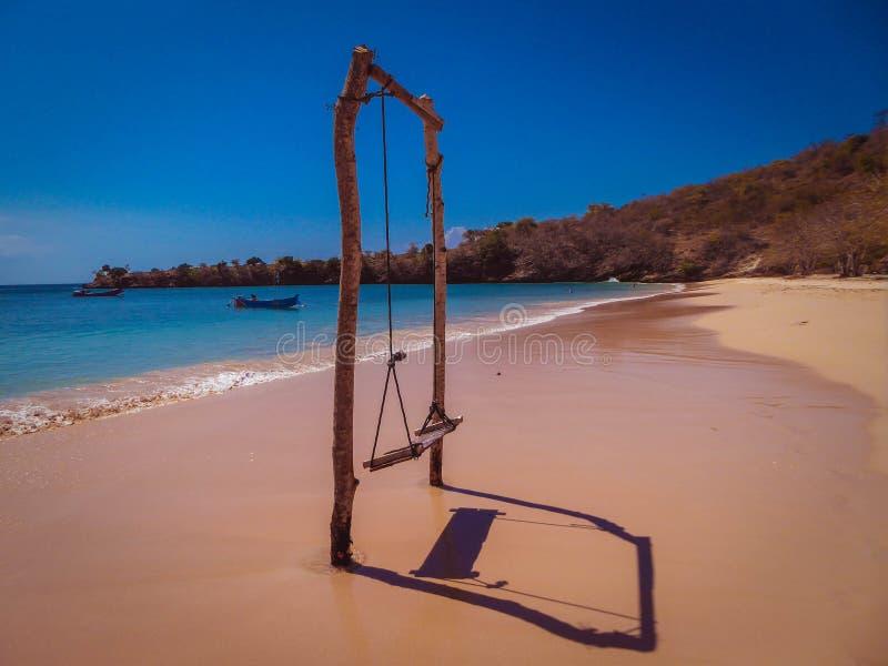 Indonezja - huśtawka na Różowej plaży fotografia royalty free