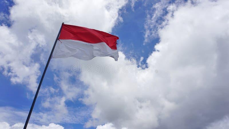 Indonezyjczyk flaga w niebie Biel chmury i niebieskiego nieba t?o obrazy stock