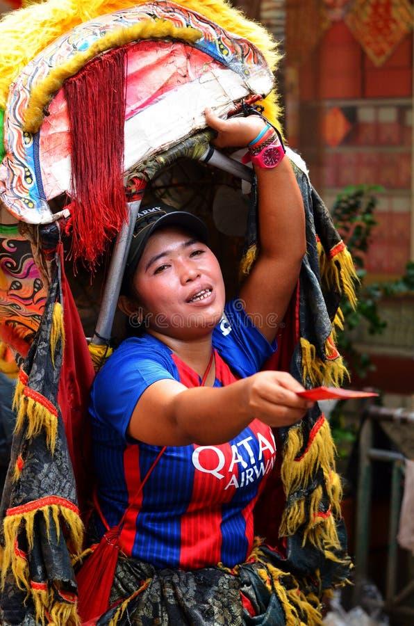 Indonezyjczyk kobiety sprzedawania Buddyjscy kartka z pozdrowieniami, Dżakarta obrazy royalty free