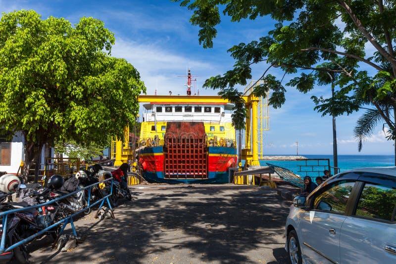 Indonezyjczyka ładunku statku przewieziony duży ferryboat popełnia kursowanie trasy między tropikalnymi wyspami Bali obrazy royalty free