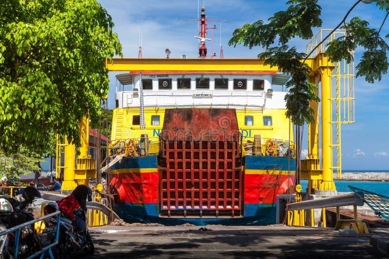 Indonezyjczyka ładunku statku przewieziony duży ferryboat popełnia kursowanie trasy między tropikalnymi wyspami Bali zdjęcia royalty free