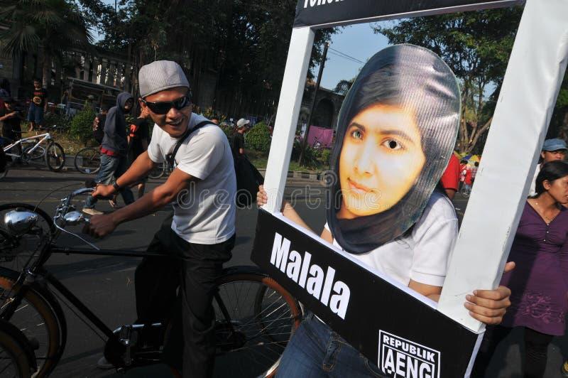 Indonezyjscy aktywiści świętują Malala Yousafzai pokojowej nagrody nobla nagrodę fotografia stock