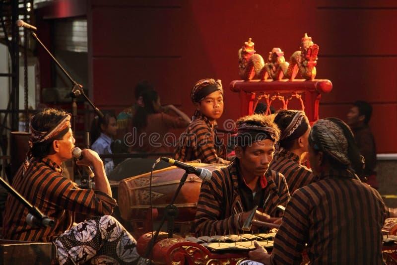 Indonezyjscy etniczni muzycy bawić się Gamelan instrumenty obrazy royalty free