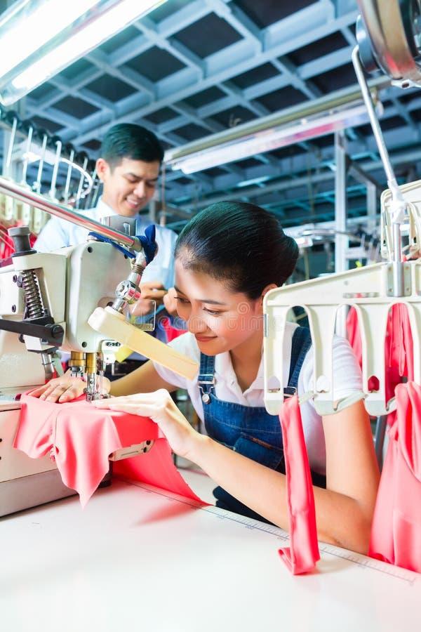 Indonezyjska szwaczka w Azjatyckiej tekstylnej fabryce zdjęcia stock