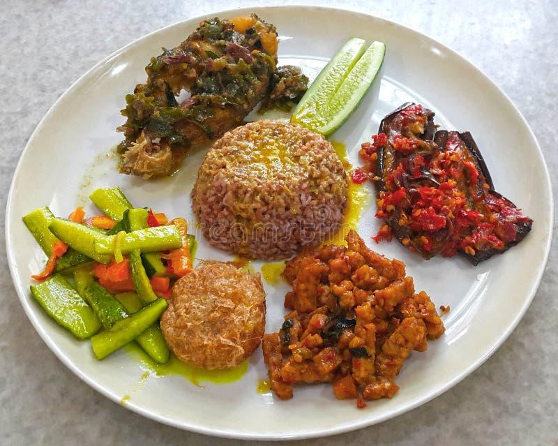 INDONEZYJSKI jedzenie NASI CAMPUR obraz stock