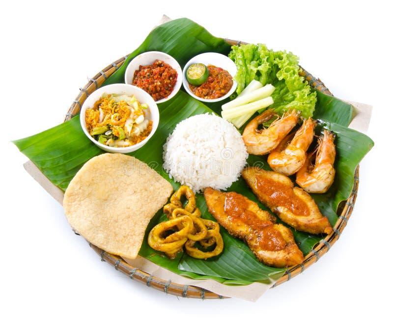Indonezyjski tradycyjny jedzenie, kurczak, ryba i warzywa, fotografia royalty free