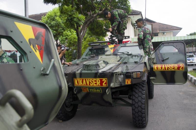 INDONEZYJSKI wojskowy DODAWAĆ NOWYCH słupy granicznych obraz stock