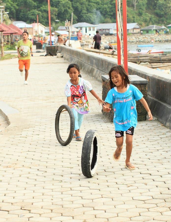 Indonezyjskie dziewczyny bawić się z oponami zdjęcie royalty free