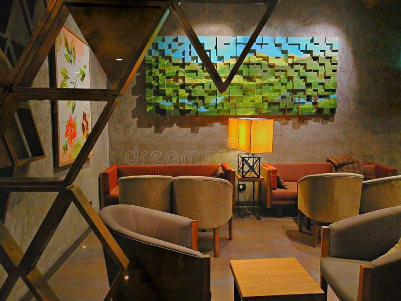 Indoor-meubelen hotel koffie koffie koffiezetstoelen tafels huis binnenshuis ontwerp schilderforum Mall-hout royalty-vrije stock fotografie