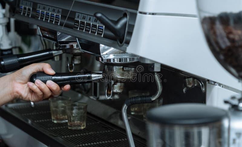 indoor Un café que hace la máquina Plataforma de funcionamiento de la máquina del café Sostenga la manija de la máquina del café  fotos de archivo libres de regalías