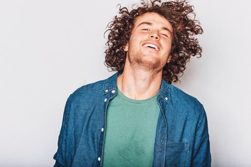 Indoors strzelał przystojny piegowaty pozytywny uśmiechnięty mężczyzna, pozujący dla ogólnospołecznej reklamy, odizolowywający na zdjęcia royalty free