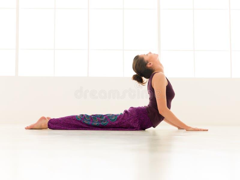Indor avanzado de la actitud de la yoga imagen de archivo libre de regalías