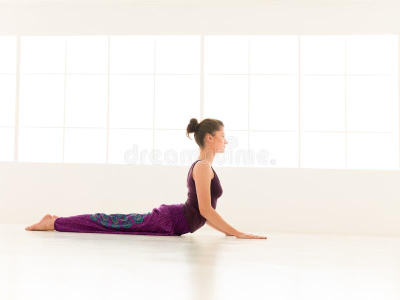 Indor avanzado de la actitud de la yoga fotografía de archivo
