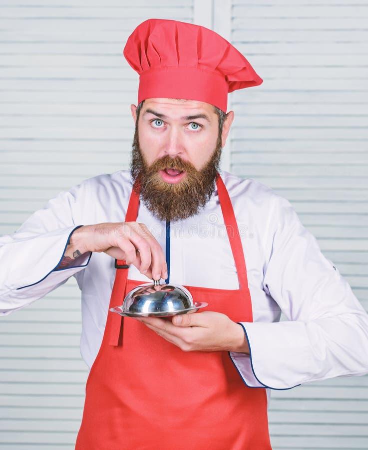 Indovini che cosa ho cucinato Che cosa ? sotto il coperchio Presentazione deliziosa del pasto Il haute cuisine ha caratterizzato  fotografia stock