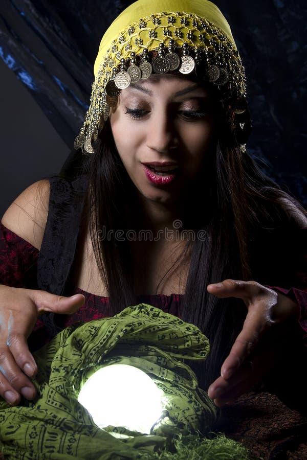 Indovino che esamina Crystal Ball fotografie stock libere da diritti